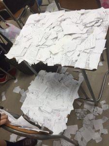 机に大量紙切れ